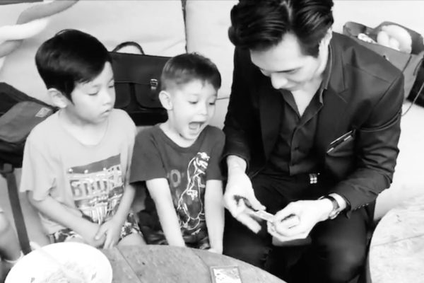 Roving Magician Close Up Magic Singapore
